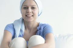 Mulher de sorriso com lenço fotos de stock royalty free