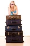 Mulher de sorriso com malas de viagem Fotografia de Stock