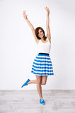 Mulher de sorriso com mãos levantadas acima Imagens de Stock Royalty Free