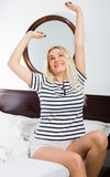 Mulher de sorriso com o cabelo longo que acorda Imagens de Stock Royalty Free