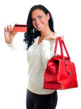 Mulher de sorriso com o cartão de crédito vermelho Foto de Stock Royalty Free