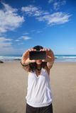 Mulher de sorriso com o móbil da tela em branco Fotos de Stock