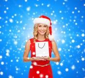 Mulher de sorriso com o saco de compras vazio branco Imagem de Stock