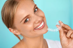 Mulher de sorriso com os dentes brancos que guardam os dentes que clarea a bandeja foto de stock royalty free
