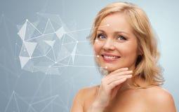 Mulher de sorriso com os ombros desencapados que tocam na cara Imagens de Stock