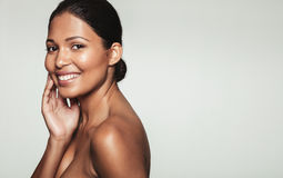 Mulher de sorriso com pele saudável foto de stock royalty free