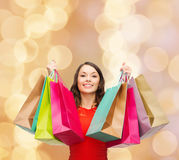 Mulher de sorriso com sacos de compras coloridos Fotografia de Stock Royalty Free