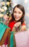 Mulher de sorriso com sacos de compras coloridos Fotos de Stock