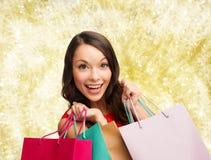 Mulher de sorriso com sacos de compras coloridos Imagens de Stock Royalty Free