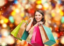 Mulher de sorriso com sacos de compras coloridos Fotos de Stock Royalty Free