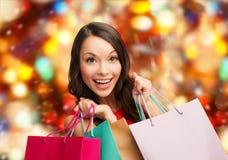 Mulher de sorriso com sacos de compras coloridos Fotografia de Stock