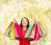 Mulher de sorriso com sacos de compras coloridos Foto de Stock Royalty Free