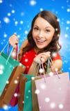 Mulher de sorriso com sacos de compras coloridos Imagens de Stock