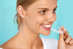Mulher de sorriso com sorriso bonito usando o instrutor invisível dos dentes Imagens de Stock
