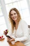 Mulher de sorriso com telefone esperto Imagem de Stock