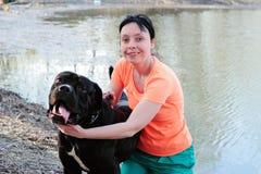 Mulher de sorriso com um cão Fotos de Stock Royalty Free