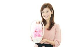 Mulher de sorriso com um presente Imagem de Stock
