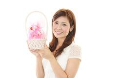Mulher de sorriso com um presente Fotos de Stock Royalty Free