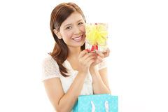 Mulher de sorriso com um presente Foto de Stock