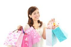 Mulher de sorriso com um presente Imagem de Stock Royalty Free