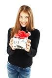 Mulher de sorriso com uma caixa de presente imagens de stock royalty free