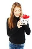 Mulher de sorriso com uma caixa de presente imagem de stock
