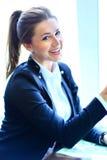 Mulher de sorriso da beleza nova Fotografia de Stock