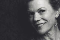 Mulher de sorriso da Idade Média fotografia de stock