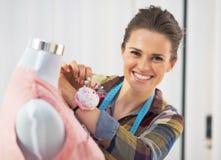 Mulher de sorriso do alfaiate que trabalha no estúdio Fotos de Stock