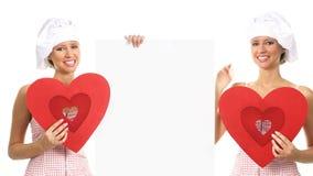 A mulher de sorriso do cozinheiro chefe mostra o conceito do dia de são valentim do restaurante da informação filme