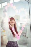 Mulher de sorriso do moderno que faz um coração no post-it Imagens de Stock Royalty Free