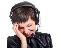 Mulher de sorriso do operador em um centro de chamadas Fotografia de Stock Royalty Free