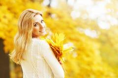 Mulher de sorriso do outono Fotografia de Stock
