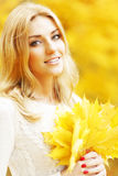 Mulher de sorriso do outono imagem de stock royalty free