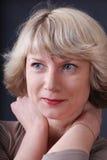 Mulher de sorriso do retrato fotografia de stock