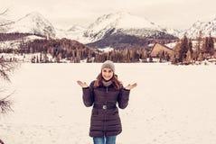 Mulher de sorriso do turista no recurso de Strbske Pleso, Eslováquia, fil vermelho fotos de stock