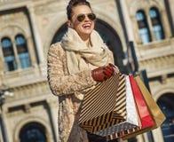 Mulher de sorriso do viajante em Milão que olha na distância Imagem de Stock Royalty Free