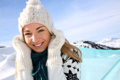 Mulher de sorriso em férias do inverno imagem de stock royalty free
