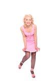 Mulher de sorriso em um vestido manchado cor-de-rosa Fotografia de Stock