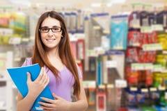 Mulher de sorriso em uma loja dos artigos de papelaria Foto de Stock
