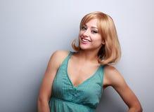 Mulher de sorriso emocional natural com levantamento do cabelo curto Imagem de Stock