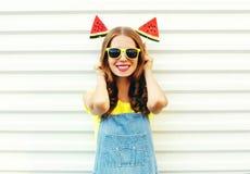 Mulher de sorriso engraçada do retrato com uma fatia dois de gelado da melancia fotografia de stock royalty free