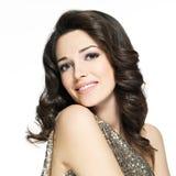 Mulher de sorriso feliz bonita com cabelos marrons Imagem de Stock Royalty Free
