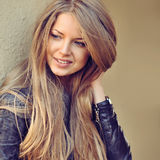 Mulher de sorriso feliz bonita exterior Imagens de Stock