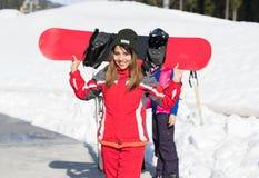 Mulher de sorriso feliz de Ski Resort Snow Winter Mountain do Snowboard asiático do turista da menina no feriado Fotografia de Stock Royalty Free