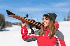Mulher de sorriso feliz de Ski Resort Snow Winter Mountain do Snowboard asiático do turista da menina no feriado Imagens de Stock
