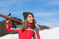 Mulher de sorriso feliz de Ski Resort Snow Winter Mountain do Snowboard asiático do turista da menina no feriado Foto de Stock