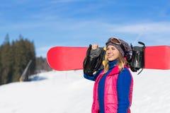Mulher de sorriso feliz de Ski Resort Snow Winter Mountain do Snowboard do turista da moça no feriado Imagem de Stock Royalty Free