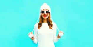 Mulher de sorriso feliz do retrato na camiseta e no chapéu feitos malha brancos imagens de stock