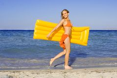 Mulher de sorriso feliz na praia Fotografia de Stock Royalty Free